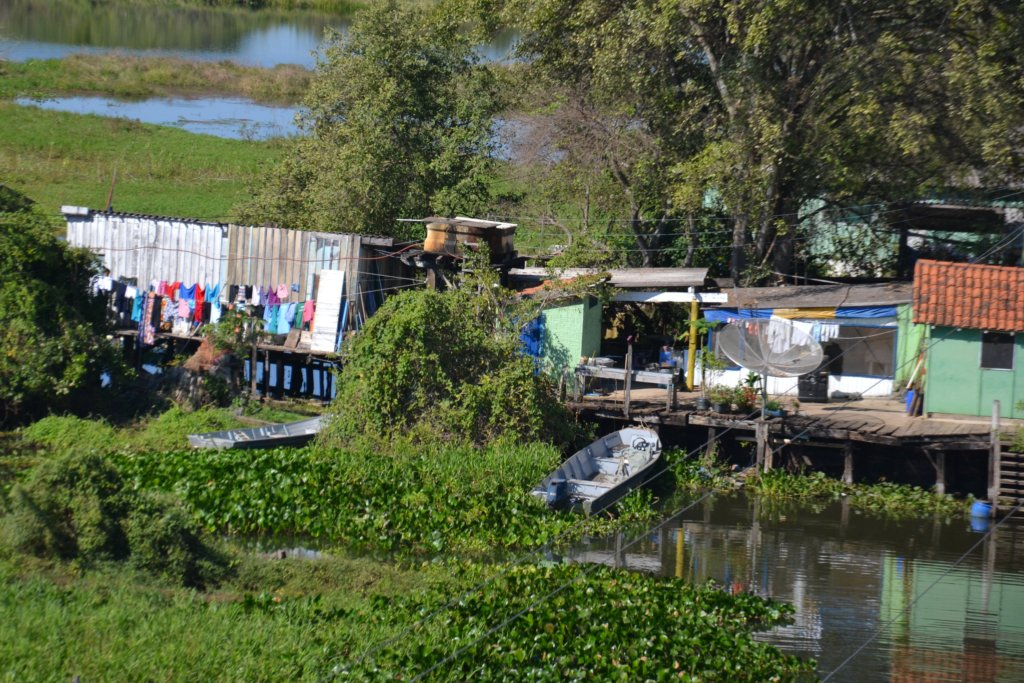 Holzhäuser am Rio Miranda, Pantanal, Foto: Sylvia Montag